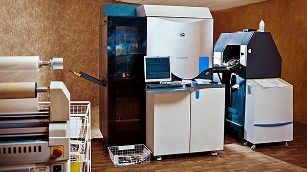 Цифровая печатная машина в типографии