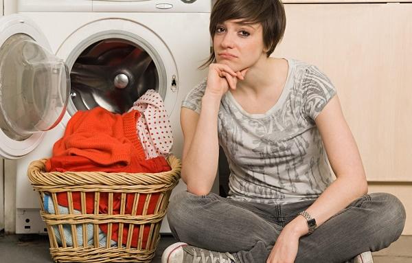 Девушка возле стиральной машины
