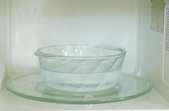 Миска с водой в микроволновке