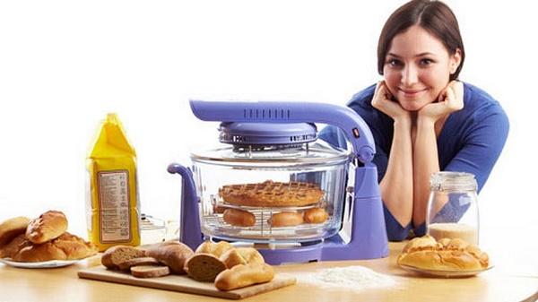 Девушка готовит в аэрогриле