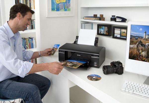 Мужчина распечатывает фотографию