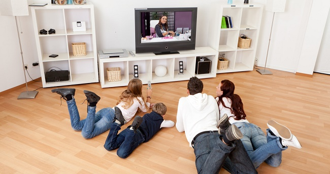 Семья смотрит ТВ
