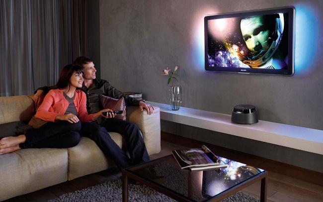 Семейная пара смотрит телевизор