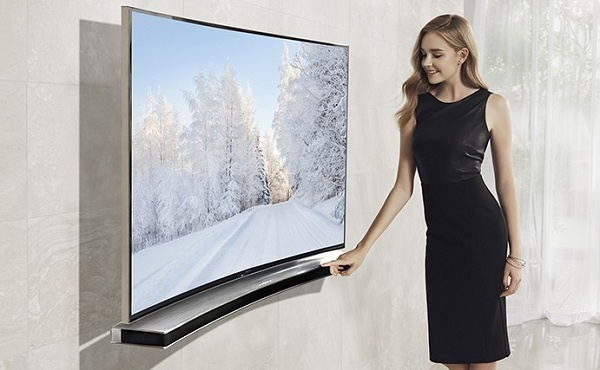 Девушка включает телевизор