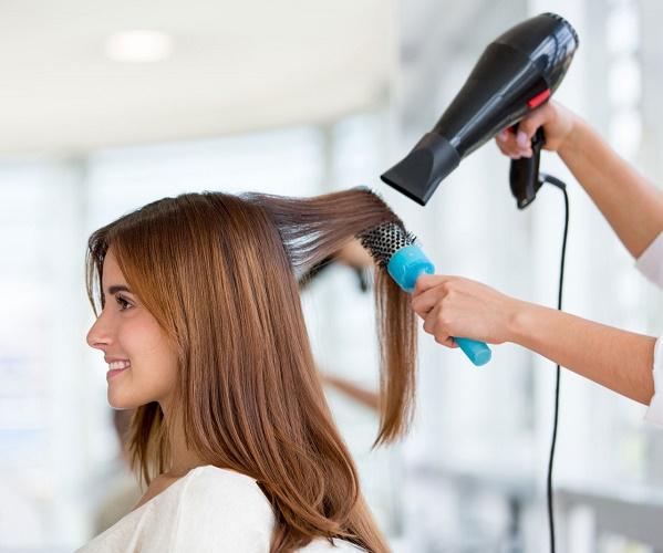 В парикмахерской сушат волосы