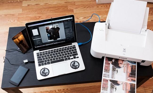 Принтер и ноутбук на столе