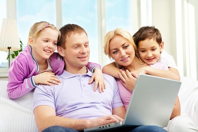 Семья за ноутбуком