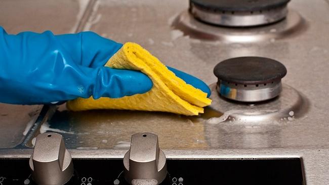 Чистить газовую плиту