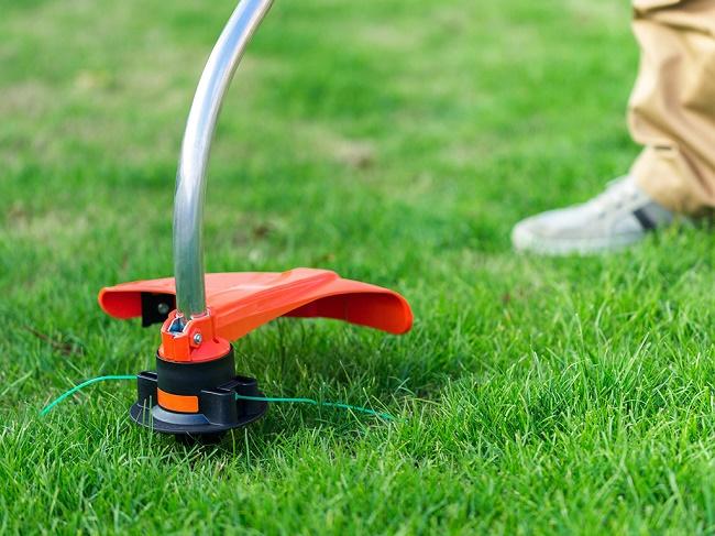 Триммер косит траву