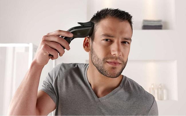 Мужчина стрижет волосы