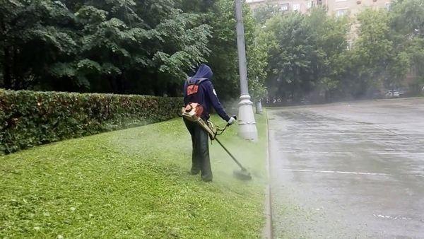Работать триммером в дождь